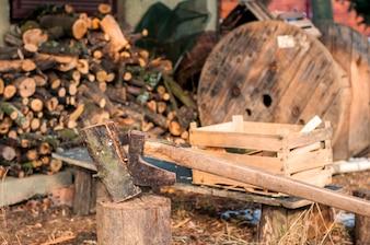Leñador fuerte cortando la madera, las virutas se separan. Hacha, hacha, hacha. Divide un tronco con un hacha. Abedul de leña en el fondo. Papel pintado de madera