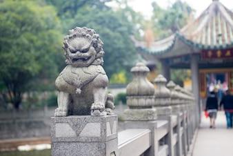 León de piedra tallada