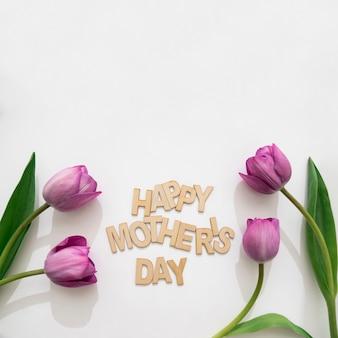 Lettering de feliz día de la madre y cuatro tulipanes