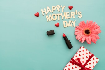 Lettering  happy mother's day  con pintalabios, caja de regalos y flor
