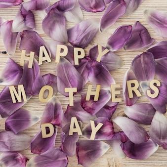 Lettering  happy mother's day  sobre pétalos