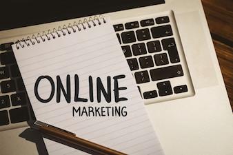 Libreta con las palabras  online marketing