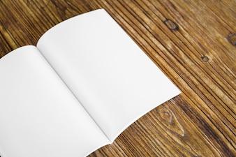 Libreta sobre una mesa de madera