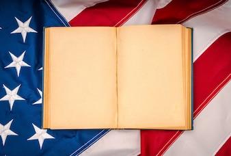 Libro abierto de la vendimia en bandera de Estados Unidos