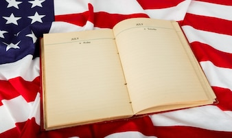Libro abierto sobre bandera americana