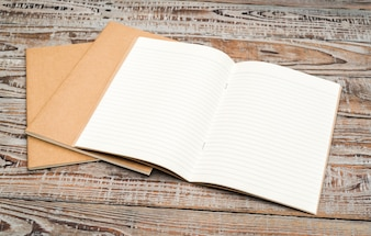 Libro de papel reciclado sobre fondo de madera.