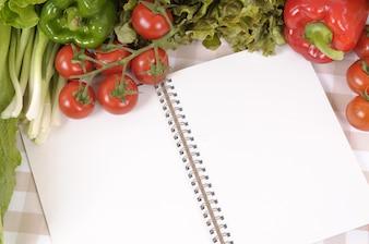 Libro de recetas rodeado de comida