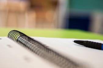 Libro de recuerdos en blanco con la escuela y suministros de oficina en la mesa de oficina