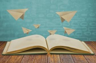 Libro mágico con el plano de papel