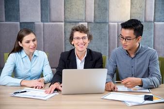 Líder feliz hembra en la reunión con los empleados