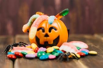 Linda cesta llena de dulces