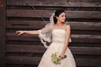 Linda novia con un ramo