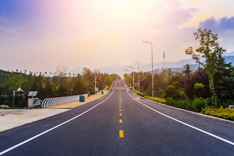 Línea de conducción asfalto campo nube