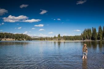 El niño en el lago