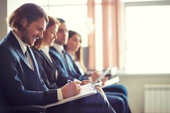 Línea de compañeros de trabajo en una reunión