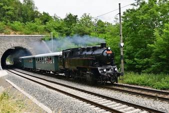 Locomotora clásica en la vía férrea