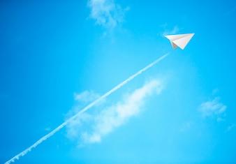 Los aviones de papel en el cielo azul