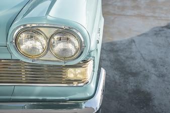 Los faros de un coche de época. (Imagen procesada vendimia filtrada