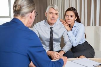 Los hombres de negocios de alto nivel y de Negociación de la mujer joven