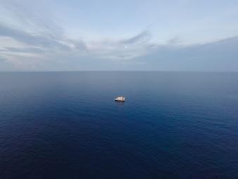 Los viajes la salida del sol tropical del océano recreativo