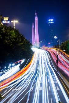 Luces de la noche de la ciudad moderna