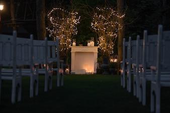 Lugar para el altar de la boda hecho de chimenea acogedora y velas