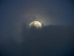 Luna Llena detrás de las nubes
