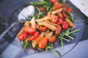 Macarrones con tomates naturales