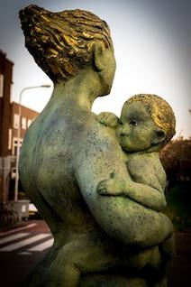 Madre con la estatua del niño