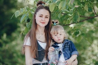 Madre e hija con una bolsa con caramelos