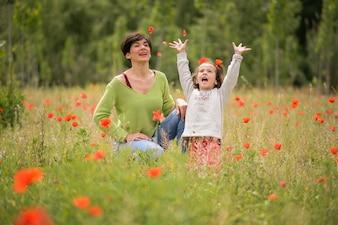 Madre e hija jugando en el prado en primavera