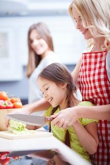 Madre e hija preparando una ensalada