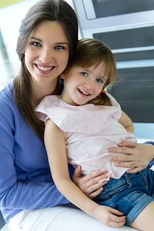 Madre e hija que se divierten en la cocina