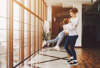 Madre jugando con su hija a dar vueltas
