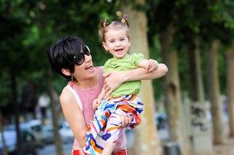 Madre que abraza a su hija en el parque