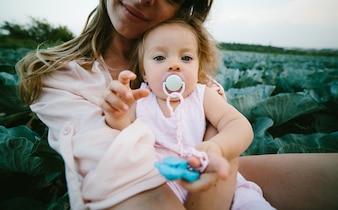 Madre sujetando a su hija en brazos