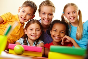 Maestra feliz con sus alumnos de primaria