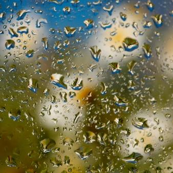 Manchado de lluvias húmedas gotas de agua brillantes