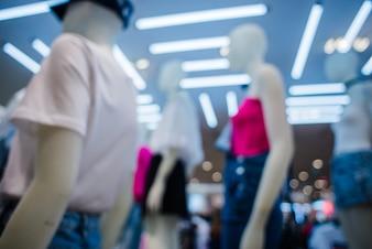 Maniquíes en ropa en la tienda