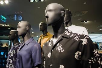 Maniquíes negros en ropa masculina