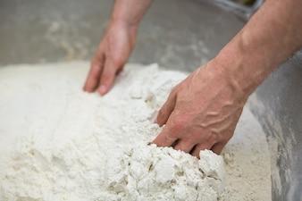 Mano de harina mezclando