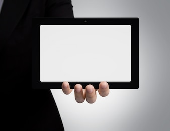 Mano de hombre de negocios mostrando una tableta en blanco