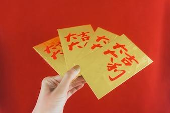 Mano sujetando tarjetas doradas