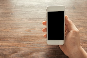 Mano sujetando un teléfono móvil