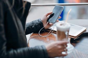 Manos de mujer mirando un teléfono móvil