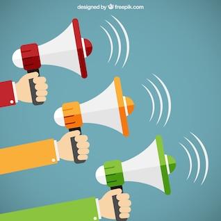 Manos que sostienen megáfonos en estilo de dibujos animados