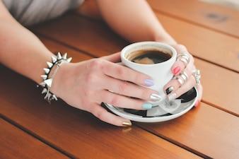 Manos sujetando una taza de café