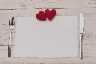 Mantel con cubiertos y dos corazones