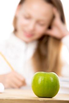 Manzana con una chica de fondo desenfocada