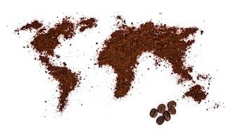 Mapa del mundo hecha de café sobre fondo blanco